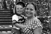 Nhói lòng bé 2 tuổi ôm xác mẹ mang thai suốt 24 giờ