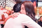 Kim Lý ôm chặt Trương Ngọc Ánh trước đám đông giữa tin đồn rạn vỡ