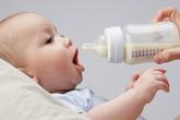 Có nên cho bé uống sữa bột nguyên kem?
