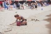 Phía sau bức ảnh 2 nữ du khách nước ngoài nhặt rác ở bãi biển Việt Nam