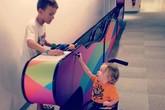 Bức ảnh 'cậu bé nhặt bóng cho em nhỏ khuyết tật' lay động lòng người