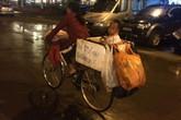 Bức ảnh xúc động người mẹ chở con đạp xe trong mưa gió