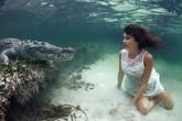 Người mẫu xinh đẹp liều mình chụp ảnh cùng cá sấu