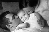 8 hành động ngớ ngẩn bố mẹ làm khi quá yêu con