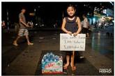 Hình ảnh lạ về cô bé bán nước trên phố Hà Nội gây chú ý