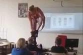 """Nữ giáo viên """"thoát y"""" ngay trong lớp để dạy học gây sốc"""