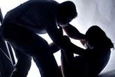 Mẹ bận, con gái 5 tuổi sang nhà hàng xóm chơi bị hãm hiếp thương tâm