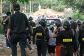 """100 cảnh sát đột kích """"công ty"""" cờ bạc trong nghĩa trang"""