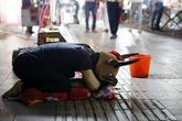 Thiếu nữ đóng giả bò xin tiền chữa bệnh cho cha