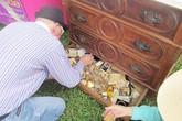 Mua tủ cũ phát hiện cả kho báu