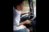 Tìm ra bé trai 6 tuổi lái xe ô tô lao băng băng trên đường