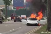 Siêu xe bất ngờ bốc cháy dữ dội trên phố