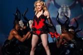 Madonna bắt vũ công hôn chân vì đến muộn