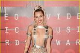"""Miley Cyrus mặc như không mặc, lấn át Taylor Swift trên """"thảm đỏ"""" VMAs 2015"""
