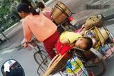 """Bức ảnh em bé ngủ gật trên xe đạp cà tàng của mẹ """"đốn tim"""" dân mạng"""
