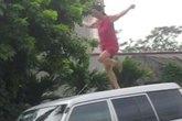 Người phụ nữ thần kinh nhảy múa trên xe cán bộ huyện
