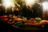 Quán bar phục vụ trái cây trên cơ thể phụ nữ khỏa thân