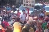 """Ông Khuất Việt Hùng cầm """"vỉ ruồi"""", gào thét để phân luồng giao thông"""