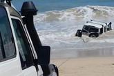 Bị cảnh sát truy đuổi, tài xế lao xe xuống biển