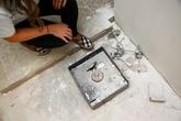 Vợ chồng phát hiện két sắt chứa đầy tiền trong căn bếp