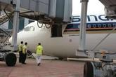 Kinh hãi máy bay bất ngờ sập đầu tại sân bay