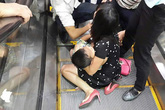 Hà Nội: 1 cháu nhỏ bị kẹt thang cuốn khiến nhiều người hoảng sợ