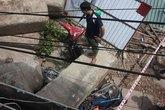 Bê tông trăm tấn đổ sập, đè nát nhiều xe máy