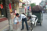 Nước uống miễn phí cho người đi đường - một chuyện tử tế giữa lòng Hà Nội