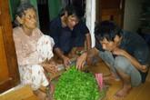 Vòng tay nhân ái (MS 138): Cảm động cụ bà 81 tuổi bán rau dạo nuôi hai con tàn tật