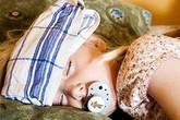 Khi trẻ bị sốt xuất huyết: Tuyệt đối không cho trẻ uống nước màu đỏ