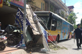 Xe buýt làm hàng chục người hoảng loạn trên phố Kim Mã vì tránh xe máy