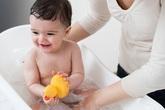 Lúc tắm, có nên lộn bao quy đầu cho trẻ?