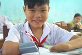 Cảm phục cậu bé mất hai tay viết bài bằng… ống nhựa