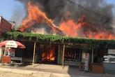 Một dãy nhà hàng, quán bar cháy ngùn ngụt