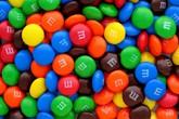 Kẹo M&M, kính Ray-Ban khởi nguồn từ đâu?