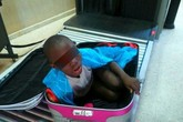 Bé trai 8 tuổi bị nhét trong va li đưa ra nước ngoài