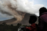 Núi lửa phun trào dữ dội, hàng ngàn người phải chạy trốn