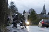 Cảnh sát lục soát từng nhà truy tìm kẻ khủng bố tòa soạn báo