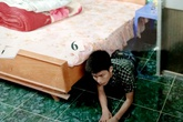 Đạo chích 'trải đệm' nằm dưới gầm giường của gia chủ