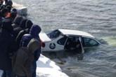 Bàng hoàng phát hiện cặp đôi ôm nhau chết trong ô tô dưới sông