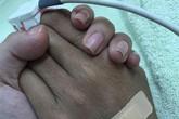 Duy Nhân lặng lẽ cầm tay vợ trước khi lìa đời