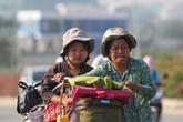 Người mẹ 53 tuổi ngày đạp xe gần 50km chở con đi học và lượm ve chai