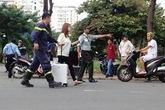 Giải cứu cô gái nước ngoài dọa nhảy lầu ở Phú Mỹ Hưng