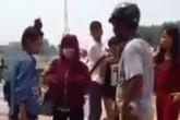 Nữ sinh đánh bạn, hàng chục phụ huynh học sinh bất lực đứng nhìn