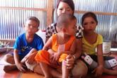 Vợ siết cổ chồng bằng khăn tắm, 4 đứa trẻ bơ vơ