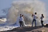 Các cặp đôi thi nhau chụp ảnh cưới giữa siêu bão gây sốc