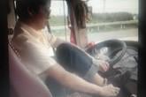 Thưởng tiền người quay clip, đình chỉ tài xế vừa lái vừa... đi giầy