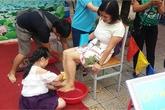 Hà Nội: Trẻ đấm lưng, rửa chân cho bố mẹ