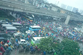 Hà Nội: Trời mưa, đường tắc kéo dài hàng cây số