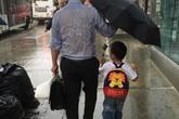 Lộ diện ông bố trong bức ảnh che ô cho con khiến hàng triệu trái tim tan chảy